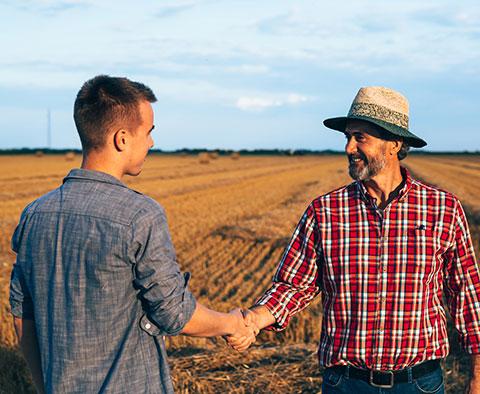 Deux fermier se serrant la main
